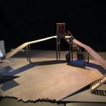 Ακαδημ. έτος 2008-2009. Σκηνικό του Στέφανου Λαζαρίδη για τον Ριγκολέτο του Verdi, σκηνοθεσία Lyubimov, Φλωρεντία 1984.Φοιτήτρια: Χριστίνα Θαλασσά